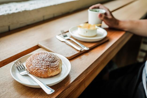 自家製ケーキ甘いヘルシーな朝食またはブランチケーキ