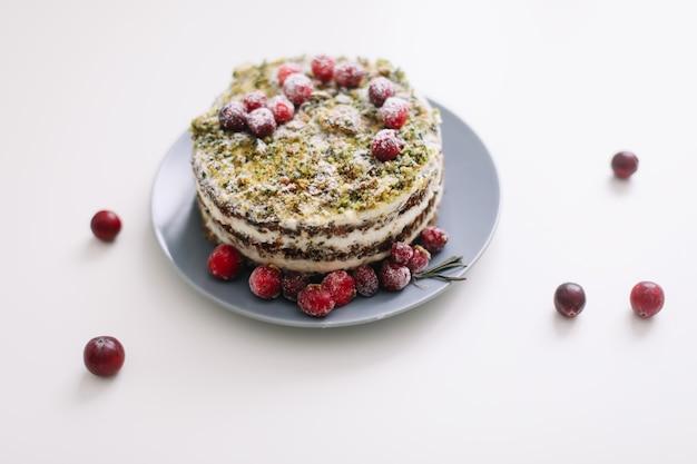 Домашний торт с ягодами на белом столе