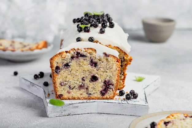 Домашний торт с черникой, маком и сливочным кремом