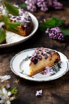 さくらんぼ、リコッタチーズ、粉砂糖を使った自家製ケーキ