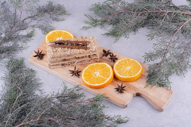 정 향과 나무 보드에 오렌지 조각으로 만든 케이크. 고품질 사진