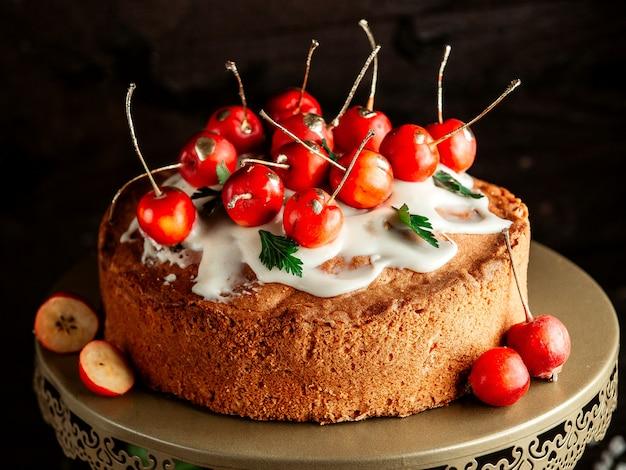 Домашний торт со сливками и райским яблоком
