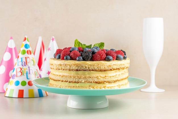 Домашний торт со свежими ягодами и праздничной шапкой