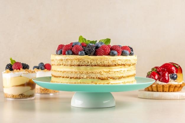 신선한 딸기와 테이블에 달콤한 디저트와 함께 만든 케이크.