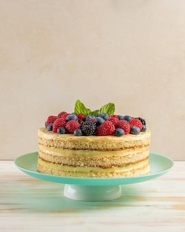 Домашний пирог со свежими ягодами на деревянных фоне.