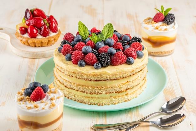 木製の表面に新鮮なベリーを使った自家製ケーキ。