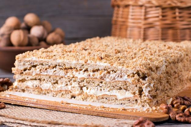 Домашний торт с орехами на деревянной доске, домашний пирог