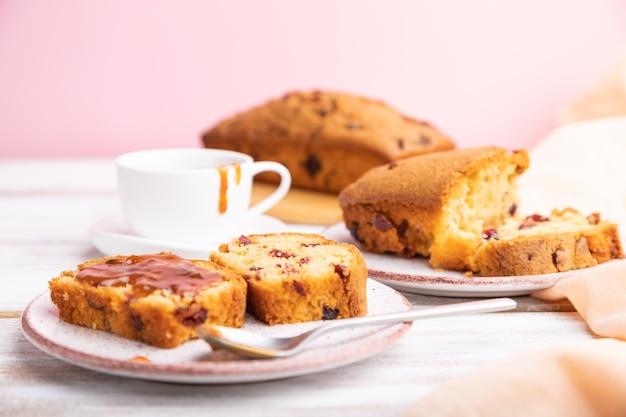 Домашний торт с изюмом, миндалем, мягкой карамелью на бело-розовой поверхности