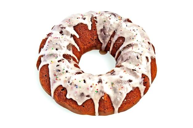 砂糖釉薬と白い背景で隔離のカラフルなボールの装飾と自家製ケーキ