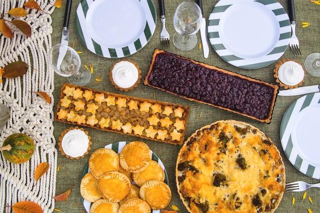家族会議のための自家製ケーキ-素朴なテーブルを提供しています。