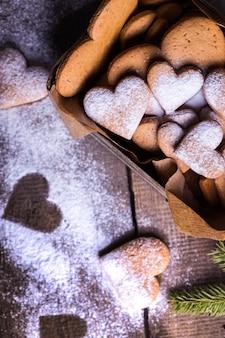 バレンタインデーのための自家製ケーキ-レトロな箱の中のハートの形の生姜クッキー