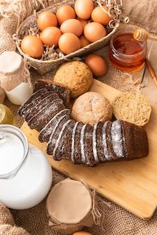 우유, 계란, 밀가루의 천연 재료로 만든 수제 케이크.