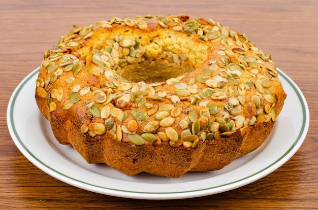 自家製ケーキ、白いプレートにカボチャの種のマフィン。