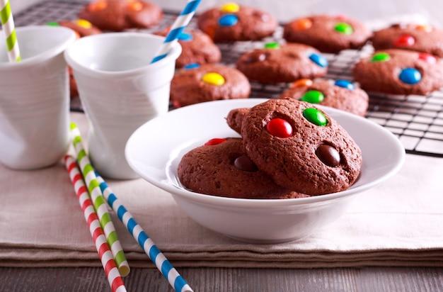 Домашнее шоколадное печенье, покрытое конфетами, готовое к употреблению