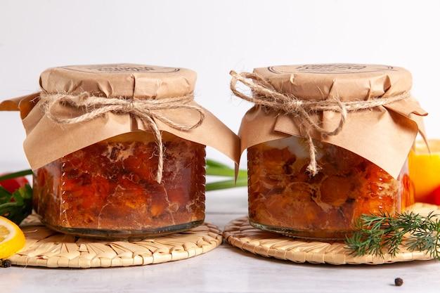 養鶏場からの自家製缶詰肉-ガチョウとアヒル。缶詰の家禽肉が入ったガラス瓶。