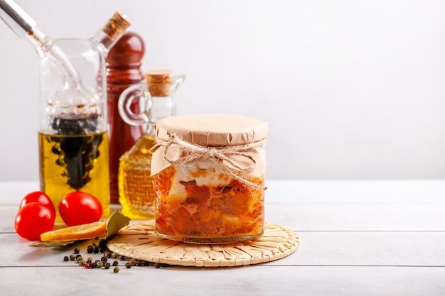 農場の家禽からの自家製缶詰シチュー-ガチョウ、アヒル、鶏肉。コピースペースのある缶詰の鶏肉のガラス瓶。