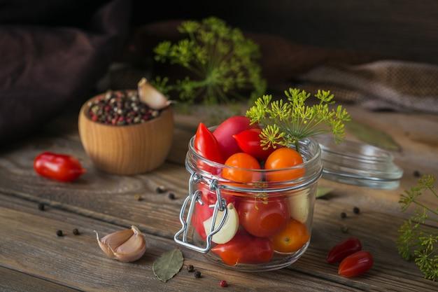 Домашнее консервирование. ингредиент для солений из помидоров с укропом на кухонном столе в деревенском стиле. овощные салаты на зиму.