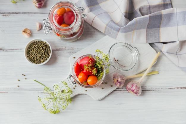 Домашнее консервирование. ингредиент для солений из помидоров с укропом на кухонном столе в деревенском стиле.