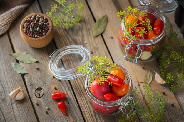 Домашнее консервирование. ингредиент для солений из помидоров с укропом на кухонном столе в деревенском стиле