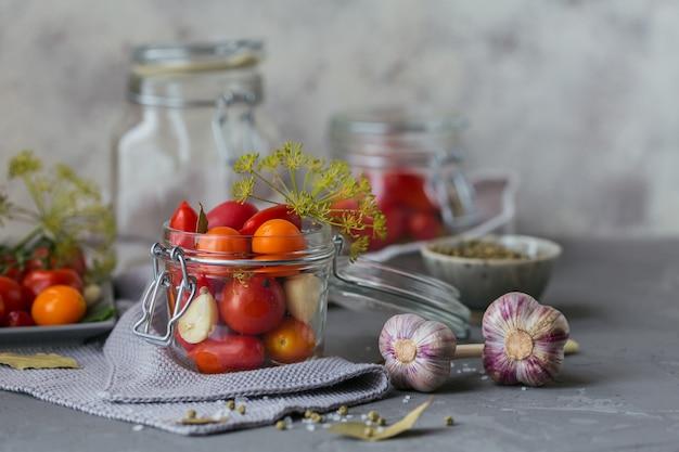 Домашнее консервирование. ингредиент для солений, помидоров с укропом на кухонном столе.
