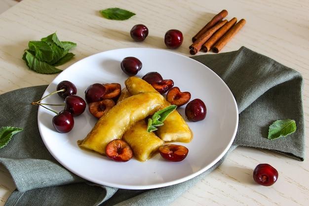 自家製キャラメリゼバナナプレートビーガンデザート揚げバナナはベリーとミントで育てます