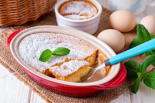 自家製キャセロール、プリン、チーズケーキ、または粉砂糖を添えたベーキングディッシュのムース