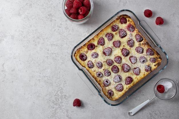 Домашняя запеканка с творогом, манкой и малиной, сладкий пирог с сахарной пудрой.