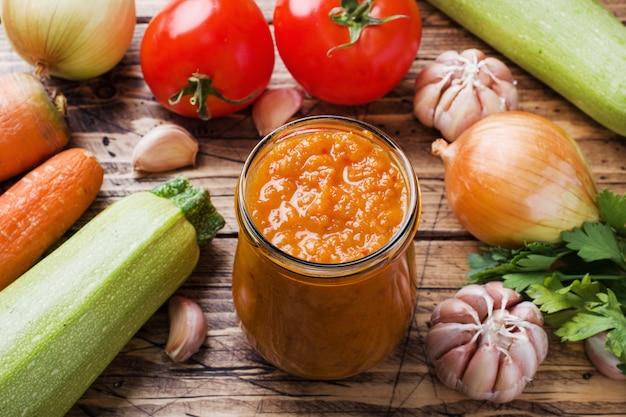 호박 토마토와 양파는 나무에 유리 항아리에서 만든 캐 비어. 수제 생산 통조림, 조림 야채 통조림.