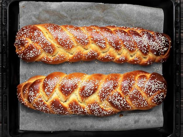 베이킹 시트에 참깨와 함께 만든 challah 빵