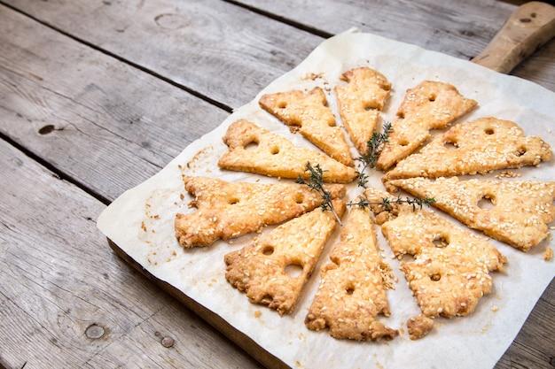 自家製チーズクッキー。チーズクッキー、自家製の健康的なペストリー。チーズと白ワイン