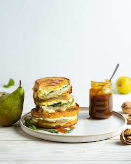 洋ナシとルッコラの自家製チーズメルトサンドイッチにキャラメルソースを添えて
