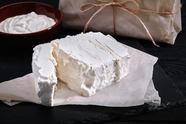 Домашний сыр, молоко и творог на деревянном фоне в деревенском стиле