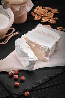 나무 배경 소박한 스타일에 수제 치즈 우유와 코티지 치즈