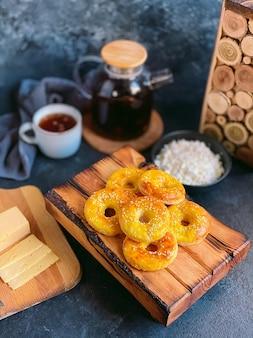 수제 치즈 링, 치즈 케이크. 건강한 아침 식사.