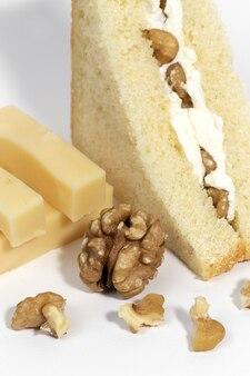 クルミのサンドイッチと自家製チーズ。健康食品のコンセプト。孤立