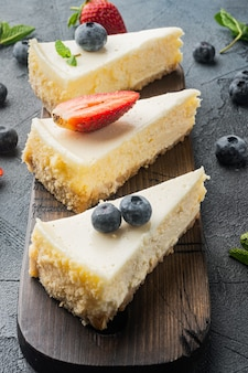 회색 테이블에 신선한 딸기와 홈 메이드 치즈 케이크