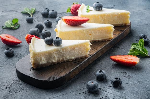 회색에 신선한 딸기와 홈 메이드 치즈 케이크