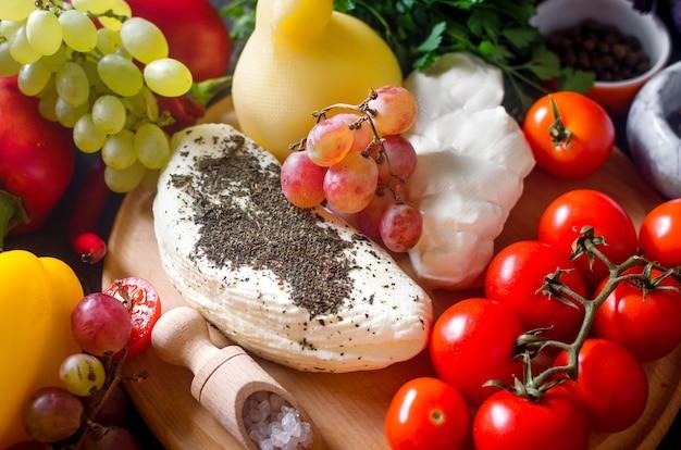 수제 치즈 파스타 filata, 둥근 나무 보드 접시에 provolone