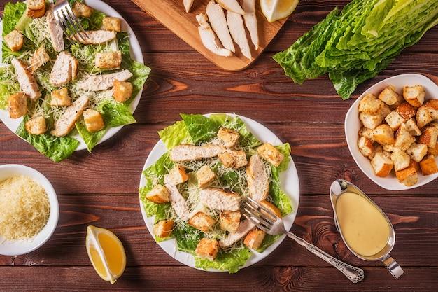 Домашний куриный салат «цезарь» с сыром и гренками