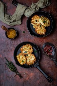 Домашние куриные котлеты с сыром на чугунной сковороде