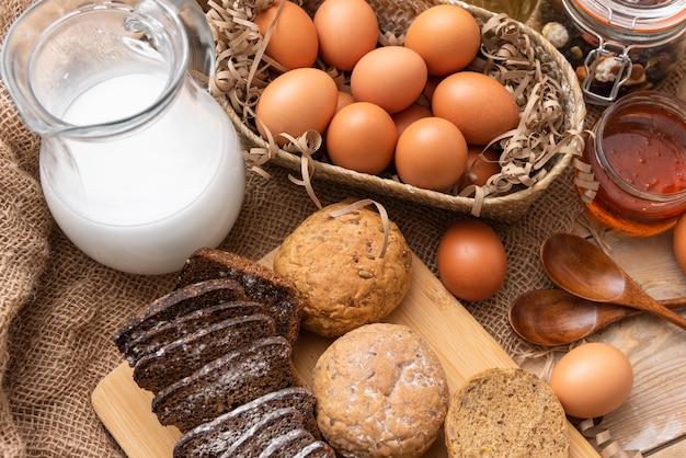牛乳と焼きたてのパンを添えた自家製鶏卵。