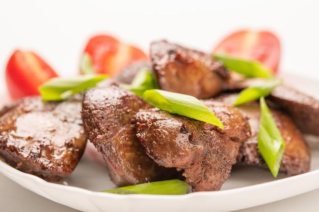 간장, 토마토, 양파, 향신료로 만든 수제 닭 간 튀김. 확대. 선택적 초점. 건강한 음식