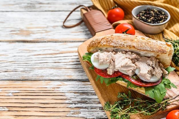 チャバタのパン、サンドイッチにハーブを添えた自家製鶏レバーのパテ