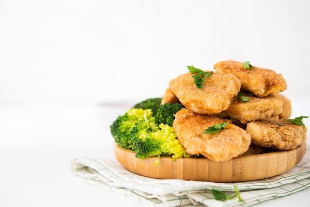 野菜を盛り付けた自家製チキンナゲット