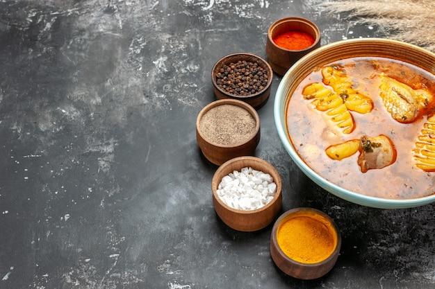 Zuppa di pollo fatta in casa in una ciotola bianca e set di spezie