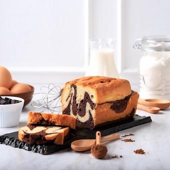 홈메이드 초콜릿과 바닐라 마블 로프 케이크. 차 또는 커피와 함께 제공되는 슬라이스. 흰 바탕