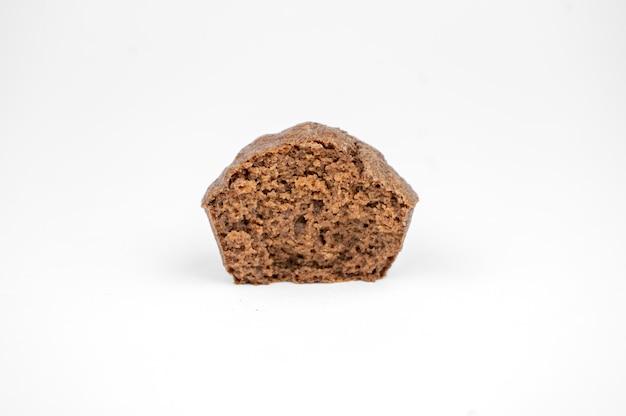 흰색 배경에 고립 된 수 제 초콜릿 갈색 머핀