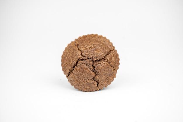 Домашние шоколадно-коричневые кексы, изолированные на белом фоне