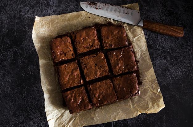 Домашний десерт из шоколадных брауни с фундуком, шоколадной глазурью