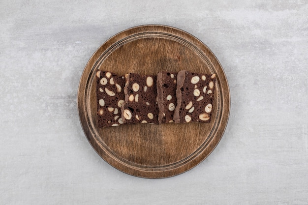 Brownie al cioccolato fatti in casa su una tavola, sul tavolo di marmo.